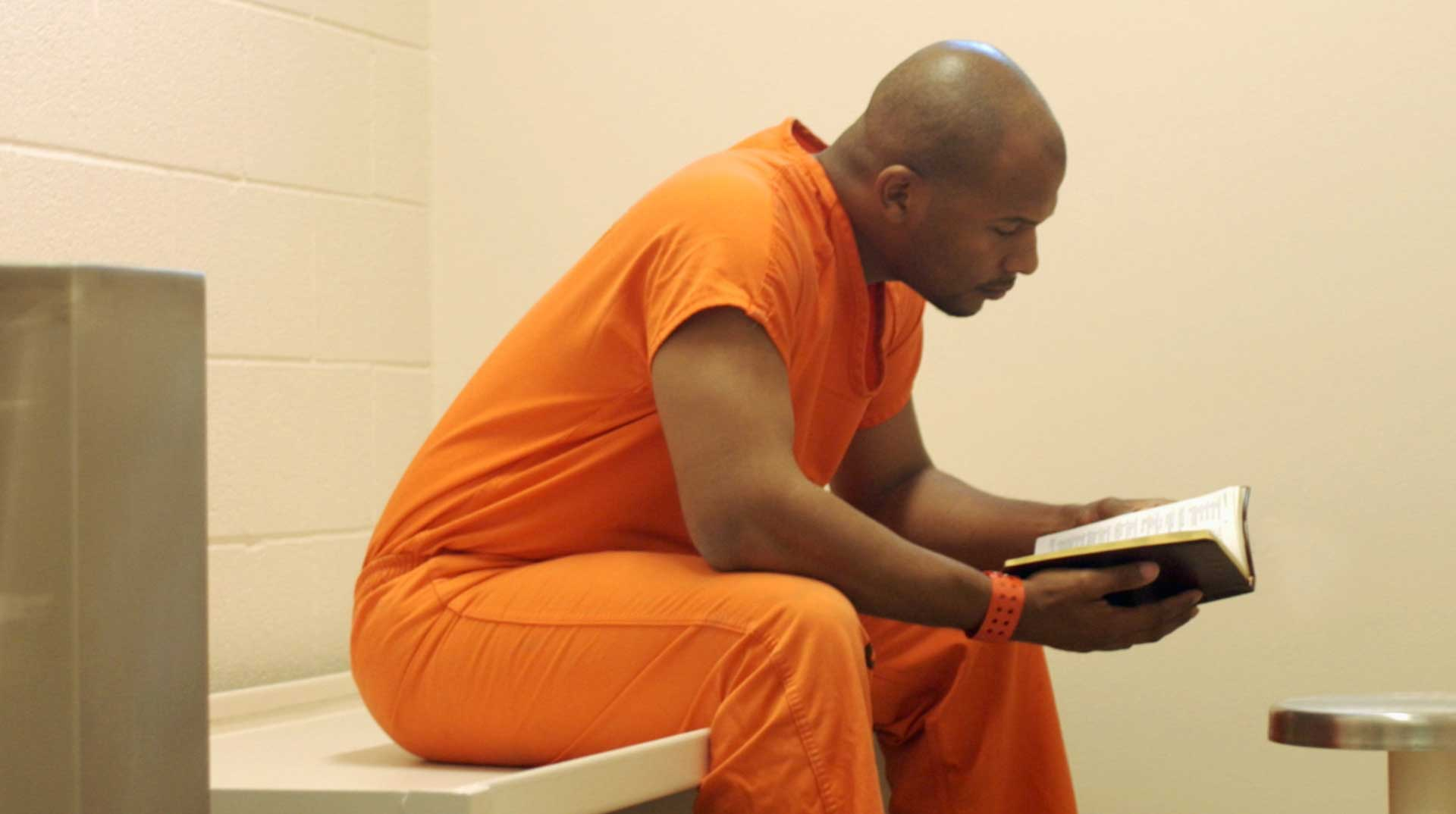 prisoner-reading-the-bible